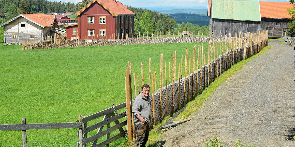 Per Idar Vingebakken ved skigarden med gården Nordås i bakgrunnen. (Foto: Dagfinn Claudius)