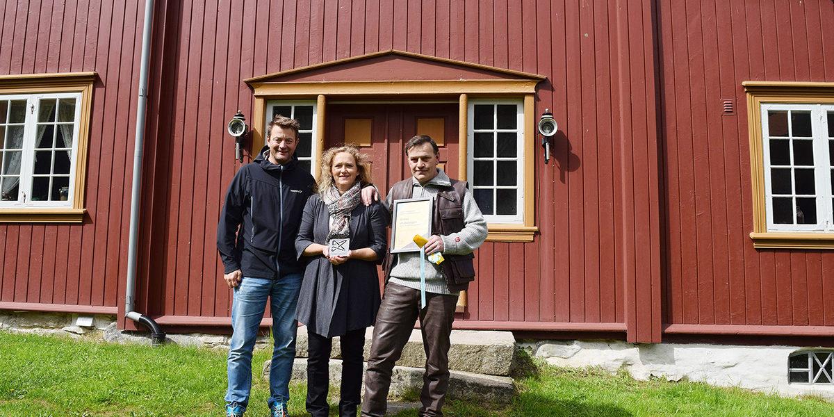I 2017 mottok Per Idar og kona Kjersti Kulturminnefondets plakett for godt bevaringsarbeid. Det var direktør Simen Bjørgen som delte ut utmerkelsen. (Foto: Einar Engen/Kulturminnefondet)