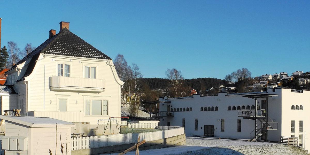 Kabelhuset ligger ikke langt fra Heddalsvannet og Notodden stasjon, som også er innskrevet på UNESCOs verdensarvliste og ble tatt i bruk i 1917. (Foto: Trond Aasland).
