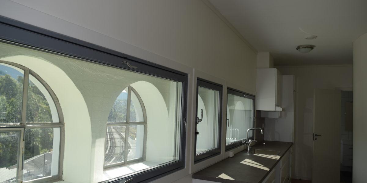 Alle støpejernsvinduene er restaurert, og innvendig er det montert innervinduer. En løsning som bevarer eksteriørets uttrykk samtidig som de er funksjonelle ved ny bruk. (Foto: Einar Engen/Kulturminnefondet)