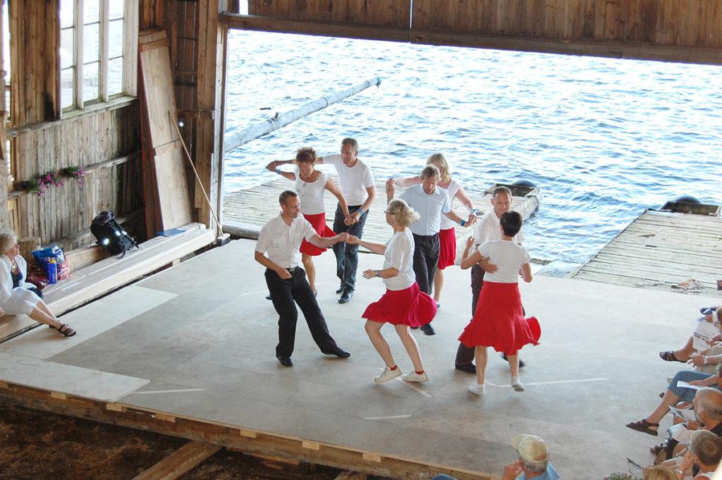 Årlig arrangeres Moen-dagene i båtbuene. Da er det ulike kulturaktiviteter i buene, og folk kan se og oppleve håndverkstradisjonene i båtbyggerfaget. Her fra en danseoppvisning i båtbua til Gregersen. (Foto: Einar Engen/Kulturminnefondet)