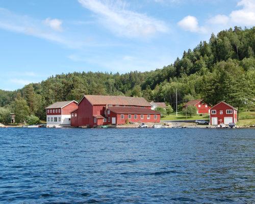 Båtbua til K. Christensen & Co ligger i et bygningsmiljø med flere andre bygninger. Her har eierne satt i stand bua slik at den framstår som lite endret med verksted, tegningsarkiv, fyringsanlegg og steamrenne. (Foto: Einar Engen/Kulturminnefondet)