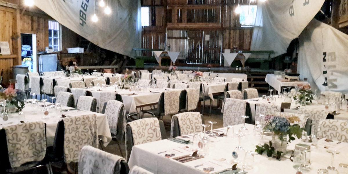 Bryllupsdekkede bord i de gamle lokalene til trebåtbyggeriet hos Gregersen gir en ekstra unik atmosfære. (Foto: Tore Myrberg/iRisør)