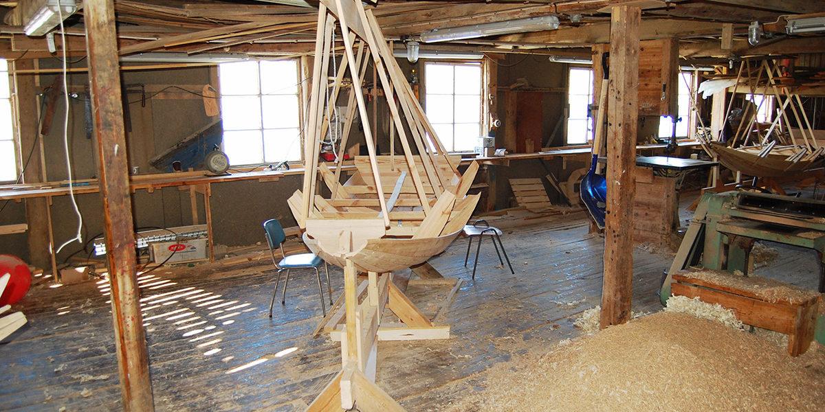I båtbua til K. Christensen & Co. på Hammeråker, holdes det blant annet kursvirksomhet, her fra et kurs i bygging av Risørprammer. (Foto: Einar Engen/Kulturminnefondet)