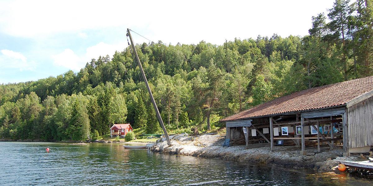 Mastebommen på Hammeråker brukes ved bygging og reparasjon av seilskuter. Til høyre er materiallageret. (Foto: Einar Engen/Kulturminnefondet)