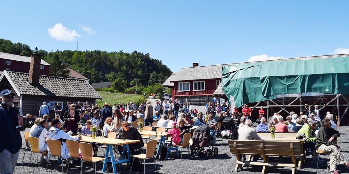 Mange tar turen til Moen og arrangementene der under trebåtfestivalen i Risør. (Foto: Einar Engen/Kulturminnefondet)