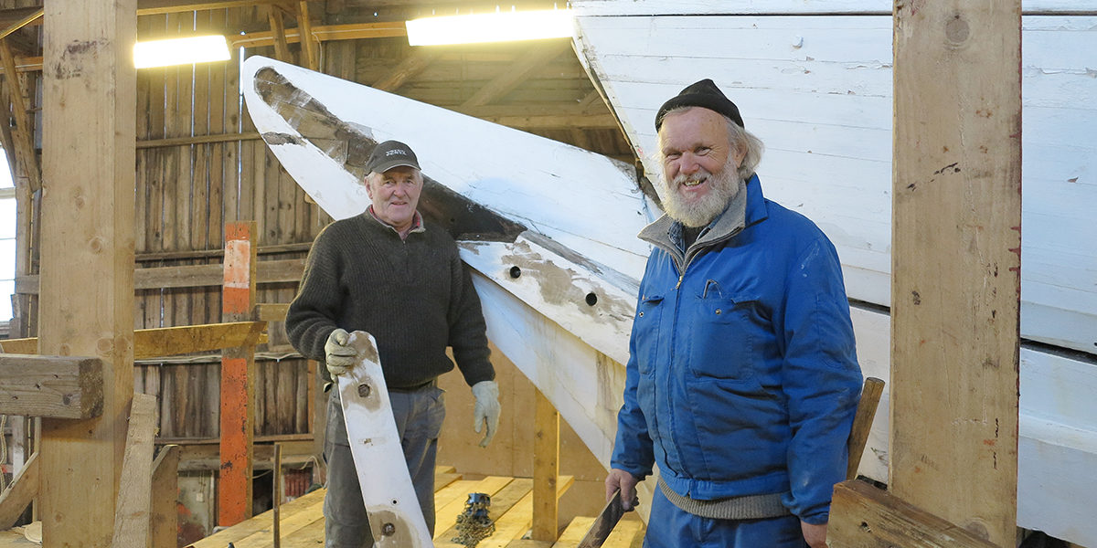 Dugnadshjelper Oddvar Tørvolt og skipper Ben Brynhildsen under restaurering og vedlikehold av Solrik. (Foto: Rune Nylund Larsen)