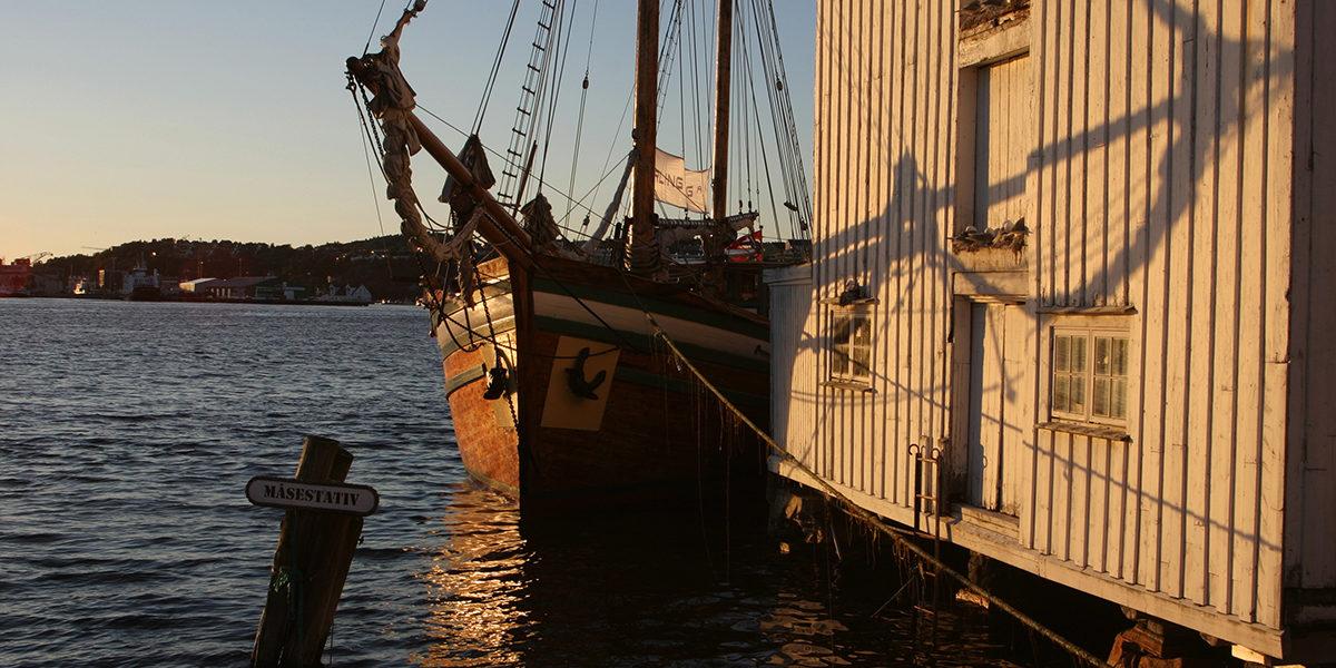 Galeas «Anne Margrethe» lener seg til Toldboden. (Foto: Helge Hegerberg)