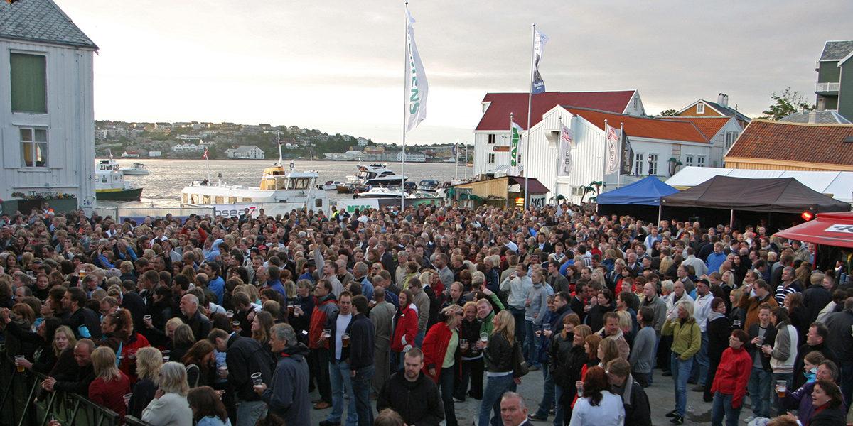 Den årlige Tahiti-festivalen trekker et stort publikum midt blant historiske brygger. (Foto: Helge Hegerberg)