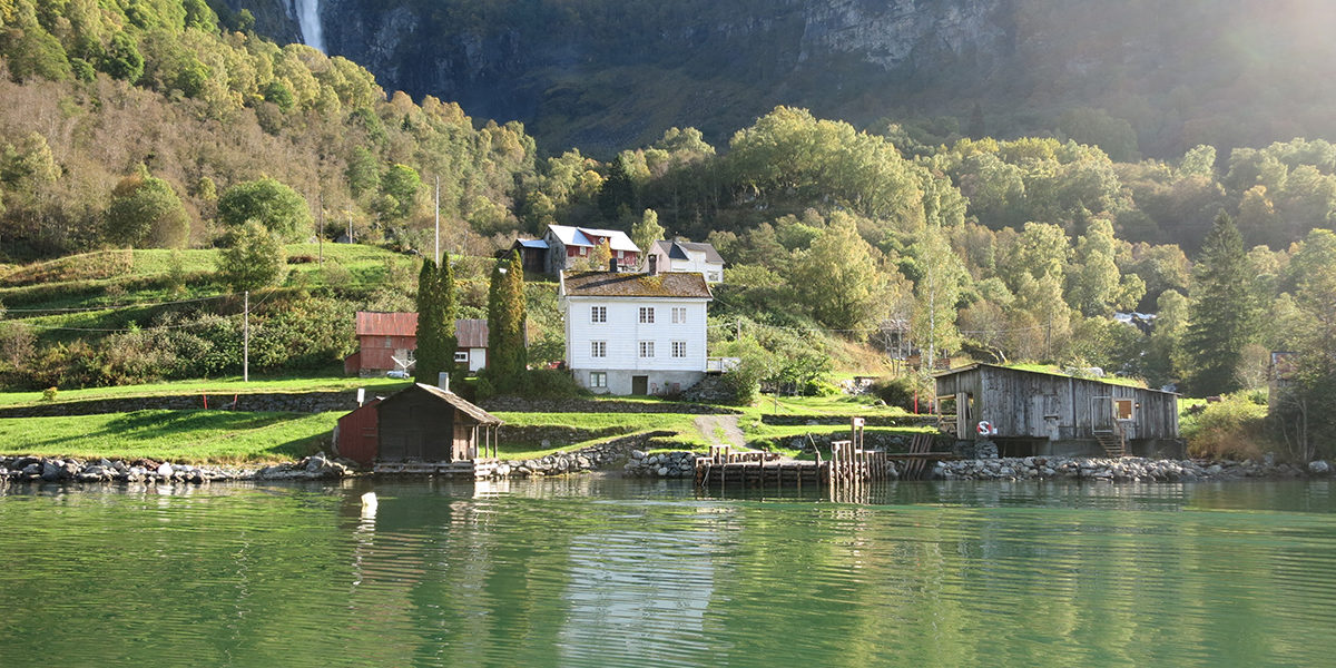Nederst ved elva Feiga ligger sagbruket, sammen med et kaianlegg. På oversiden ligger gårdsbygningene. (Foto: Kjell Feigum)