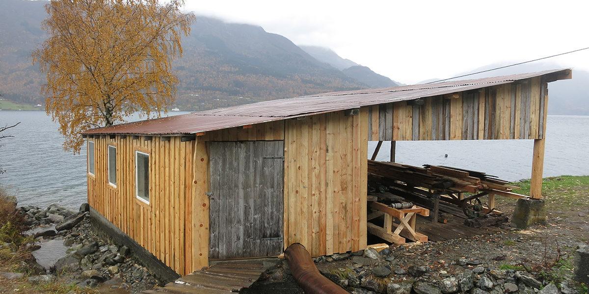 Saghuset ligger tett ved sjøen, og det er lett å se at mye av materialene måtte skiftes da bygningen ble satt i stand. (Foto: Kjell Feigum)