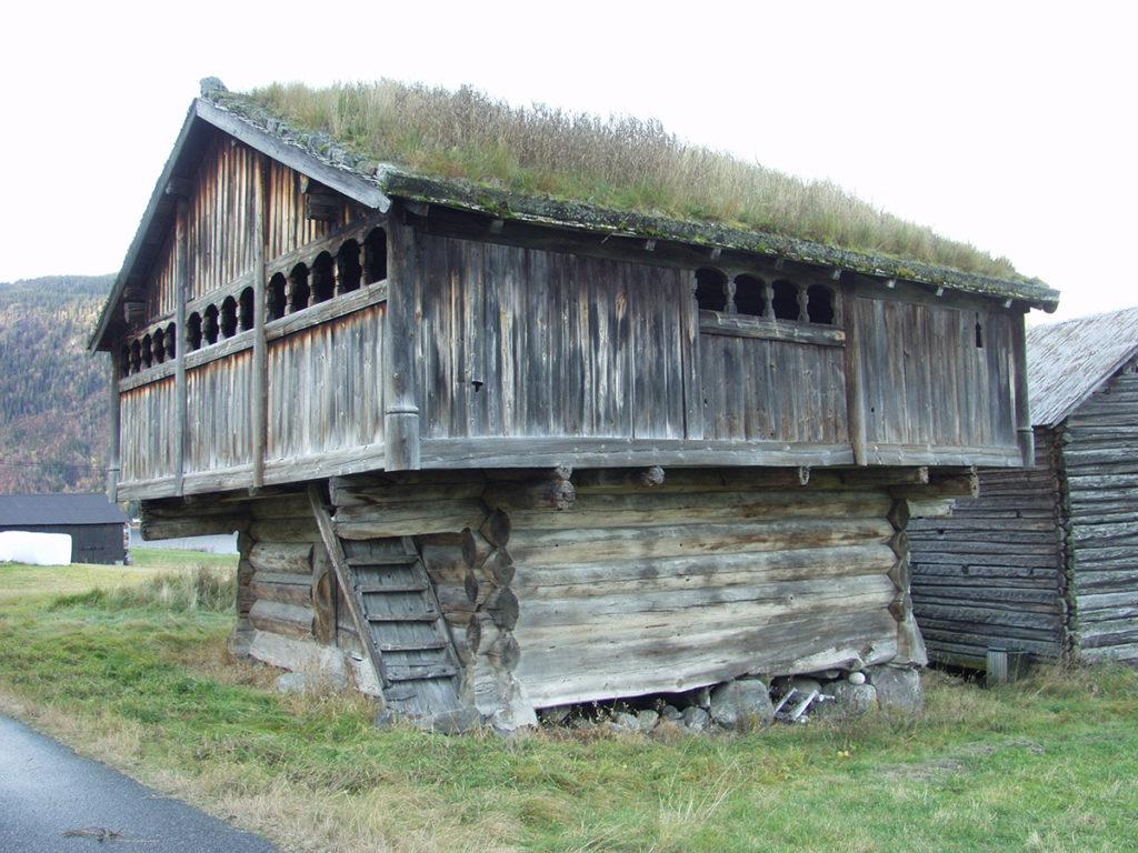 Haugenloftet i Bygland, Aust-Agder, ble bygd 1217/18 og det er et godt eksempel på hvilke materialkvaliteter og håndverksteknikker man brukte da. I dag er loftet både lærebok og inspirasjonskilde for håndverkere. (Foto: Einar Engen/Kulturminnefondet)
