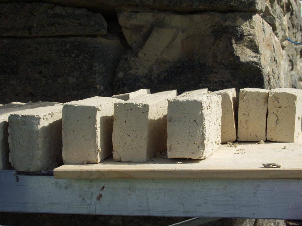 Bildet viser tørket leirstein klar for brenning. Ubrent leirstein egnet seg også godt som brannmurer ved skorsteiner og som byggematerialer. (Foto: Einar Engen/Kulturminnefondet)