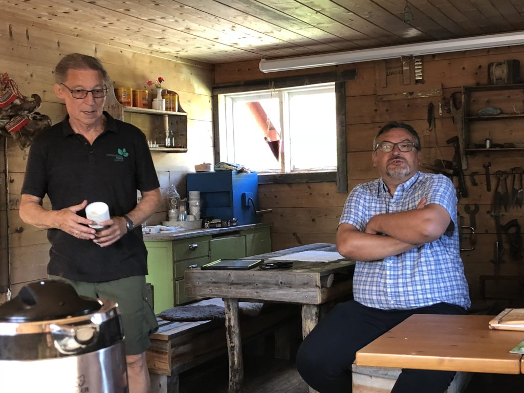 Eier av låven, Per Larsen (t.v.) og en fornøyd ordfører Svein Leiros viser frem alle de nye funksjonene.