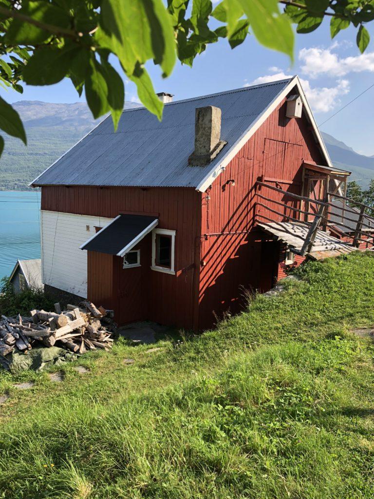Per Larsens gamle låve i Skardalen har fått nytt liv etter istandsetting.