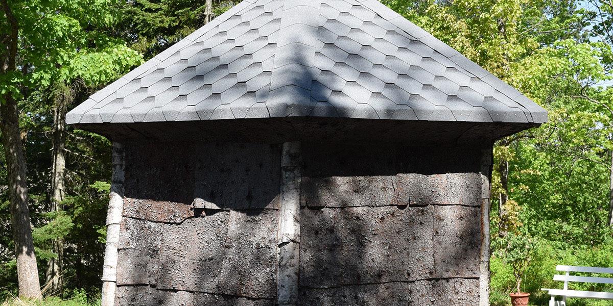 Barklysthuset slik vi finner det i dag, i en lysning i hageanlegget ved Eidsvoll Verk Hovedgård. Også i dag utgjør det «den største Pryd for Haven…» som Wilhelmine uttrykker det i sine erindringer. (Foto: Einar Engen/Kulturminnefondet)