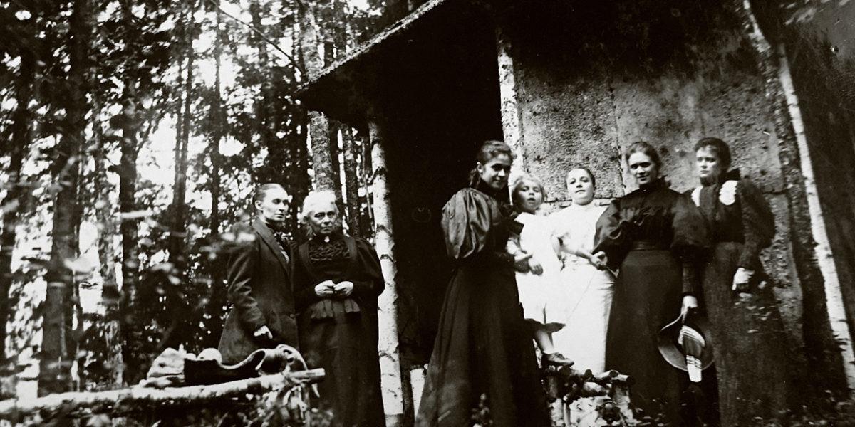 Barklysthuset har vært et samlingssted og en pryd for hageanlegget ved Eidsvoll Verk siden 1857. Bilder er nok fra nærmere byggeår, og den doble døren har ikke kommet på. (Foto: Privat)