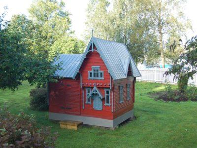 Den vesle stova liggjande i eigars hage.  Fotograf: Einar Engen / Norsk Kulturminnefond