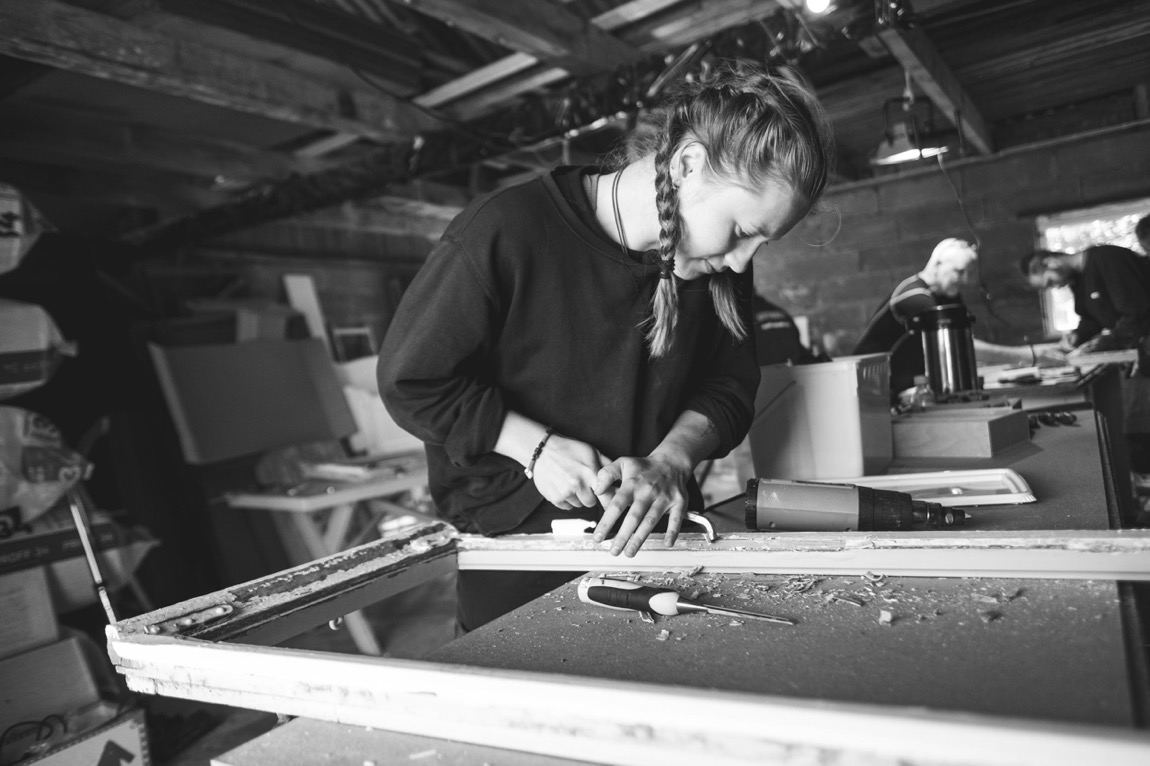 Ella Mørtsel er båtbyggerlærling og deltaker på kurset i vindusrestaurering. (Foto: Bård Gundersen)