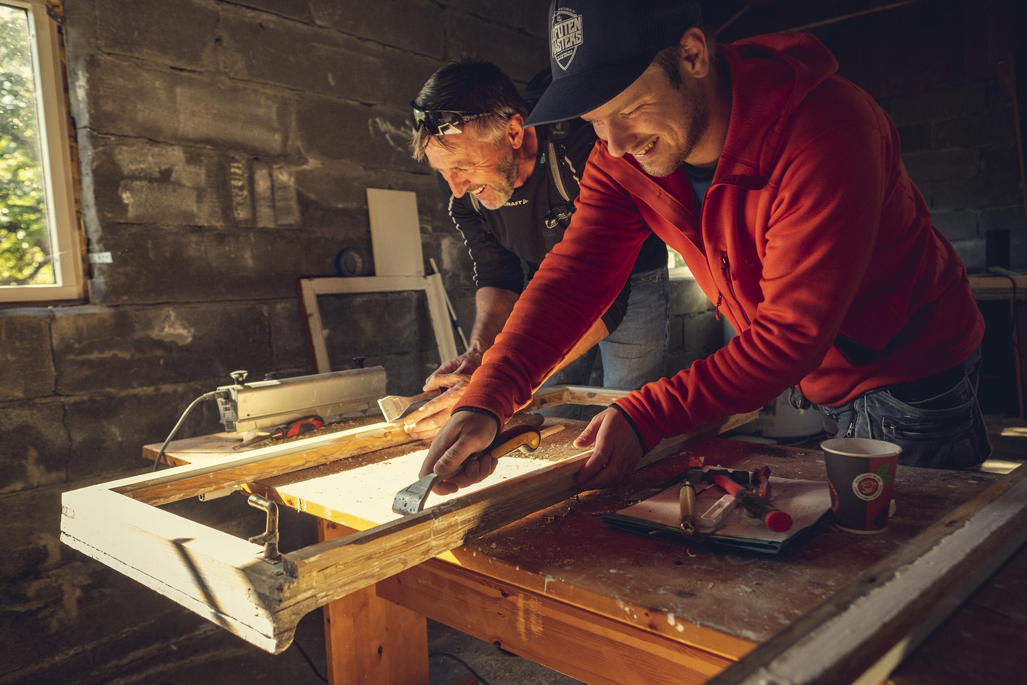Knut Mostervik og Erling Horn Kjøren på kurs i vindusrestaurering. (Foto: Bård Gundersen)