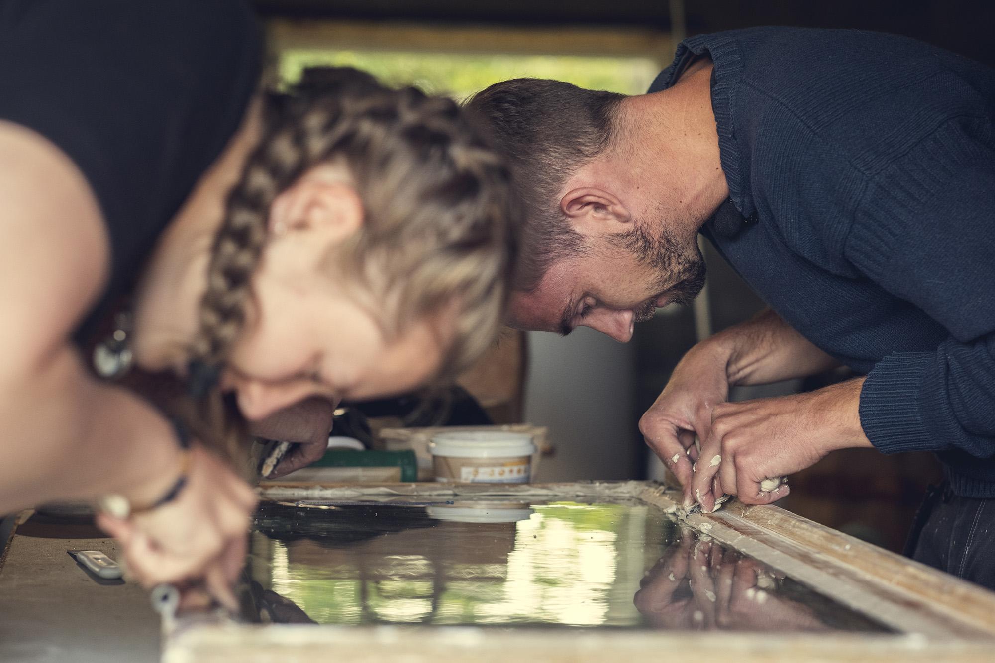 Kursdeltaker Ella og kursholder Rune jobber med kittekanten. (Foto: Bård Gundersen)