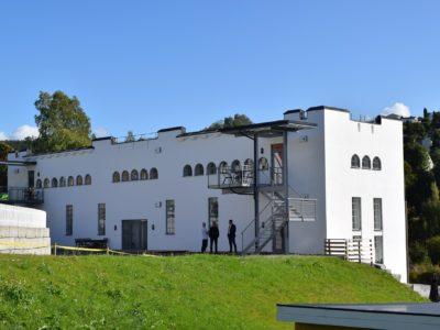 Kabelhusets opprinnelige farge er hvitt. Slik også etter rehabiliteringen av fasadene og påføring av to strøk med silikat-maling i 2017. (Foto: Einar Engen/Kulturminnefondet)