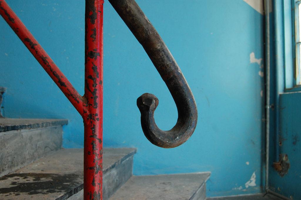 Trappeløpene i Arna industrihus er originale, og detaljene er en fryd for øyet. (Foto: Einar Engen/Kulturminnefondet)