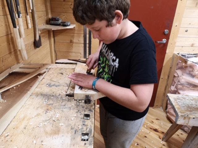 Ungene som deltar i sløydgruppa gleder seg til hver gang de får komme inn i verkstedet.