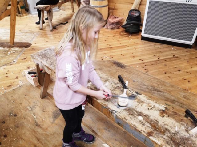 I sløydgruppa får ungene utfoldet seg praktisk.