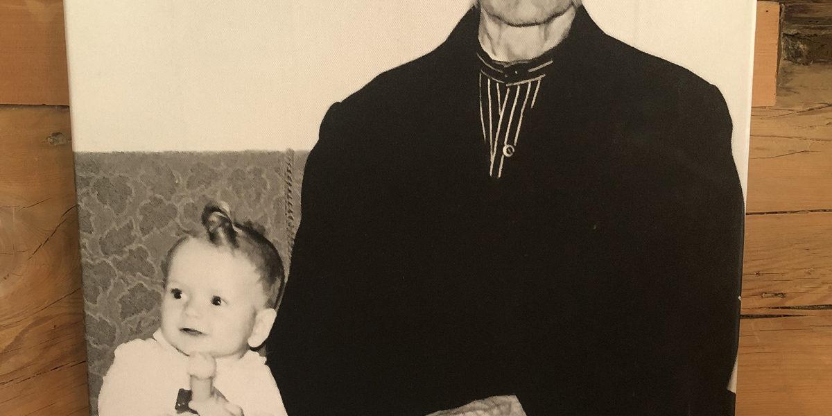 Her er dagens eier Knut Arild som barn sammen med sin oldefar Syver. Syver bodde på Grevrusten, var håndverker og likte særlig godt å lafte. (Foto: Simen Bjørgen/Kulturminnefondet)