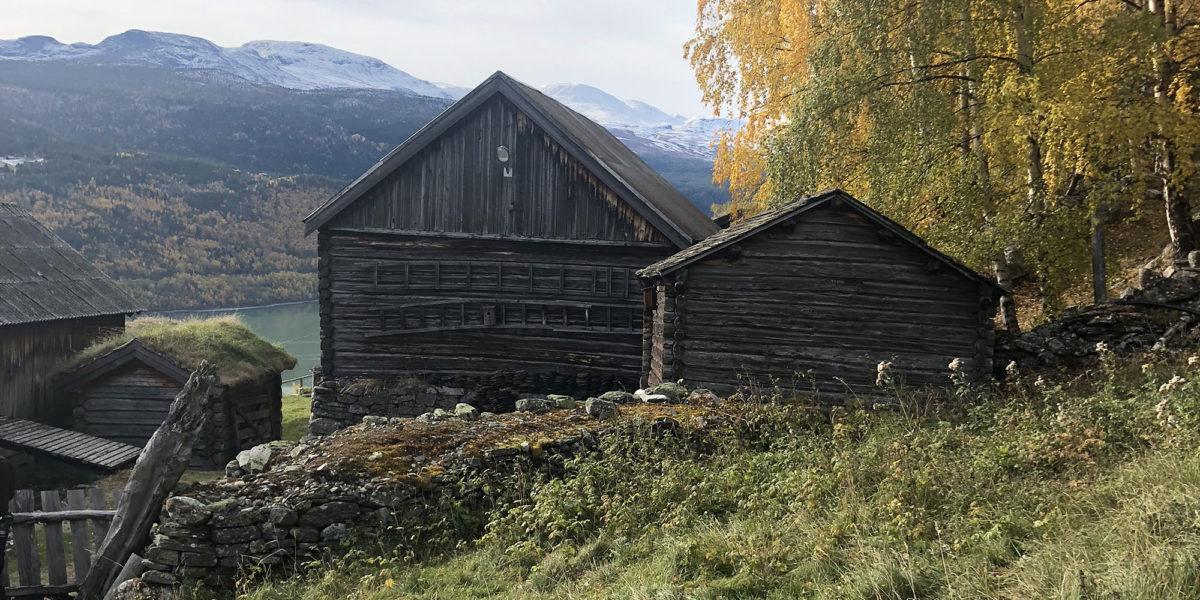 Grevrusten ligger i et bratt terreng i Vågå, midt i et nettverk av turstier i et flott kulturlandskap. (Foto: Simen Bjørgen/Kulturminnefondet)