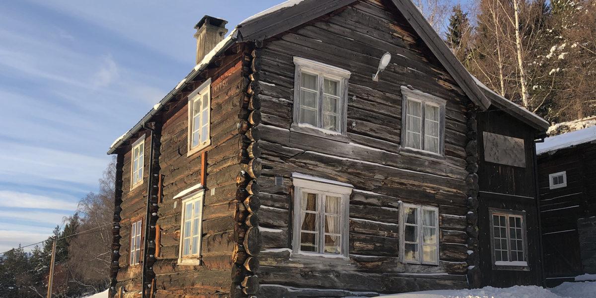 Våningshuset på Grevrusten er en svalgangsbygning, og har i 2019 fått 300.000 i støtte fra Kulturminnefondet. (Foto: Simen Bjørgen/Kulturminnefondet)