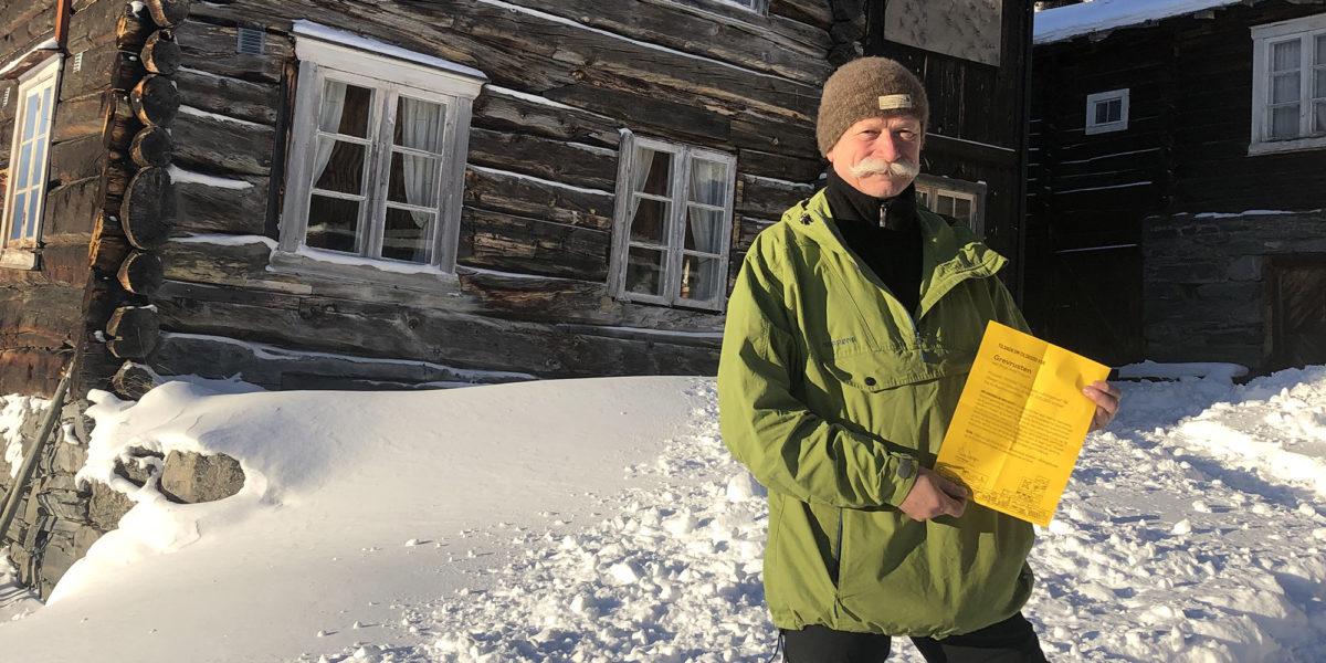 I januar 2019 fikk Knut Arild Teigum det synlige beviset på støtten til våningshuset fra Kulturminnefondet. (Foto: Simen Bjørgen/Kulturminnefondet)