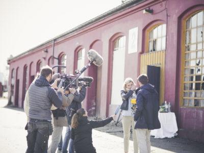 Det ble mange følelser i sving når Birgitte fant ut at hun fikk støtte av Kulturminnefondet til å sette maskinverkstedet i stand. Her avbildet med direktør Simen Bjørgen.  Fotograf: CCarlsen