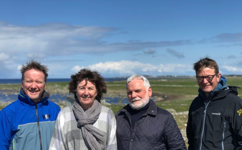 Frå venstre, Erik, Elisabeth Søyland (), Jarle og Simen ved gravrøysene ved Hå gamle prestegard. (Foto: Emma Kwesiga Lydersen)