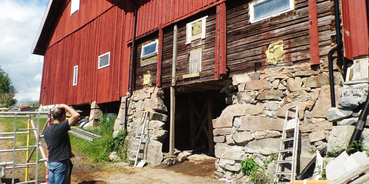 Buen i muren er ute, og arbeidet med å bygge den opp igjen kan starte. (Foto: Margret Lie Wessel)