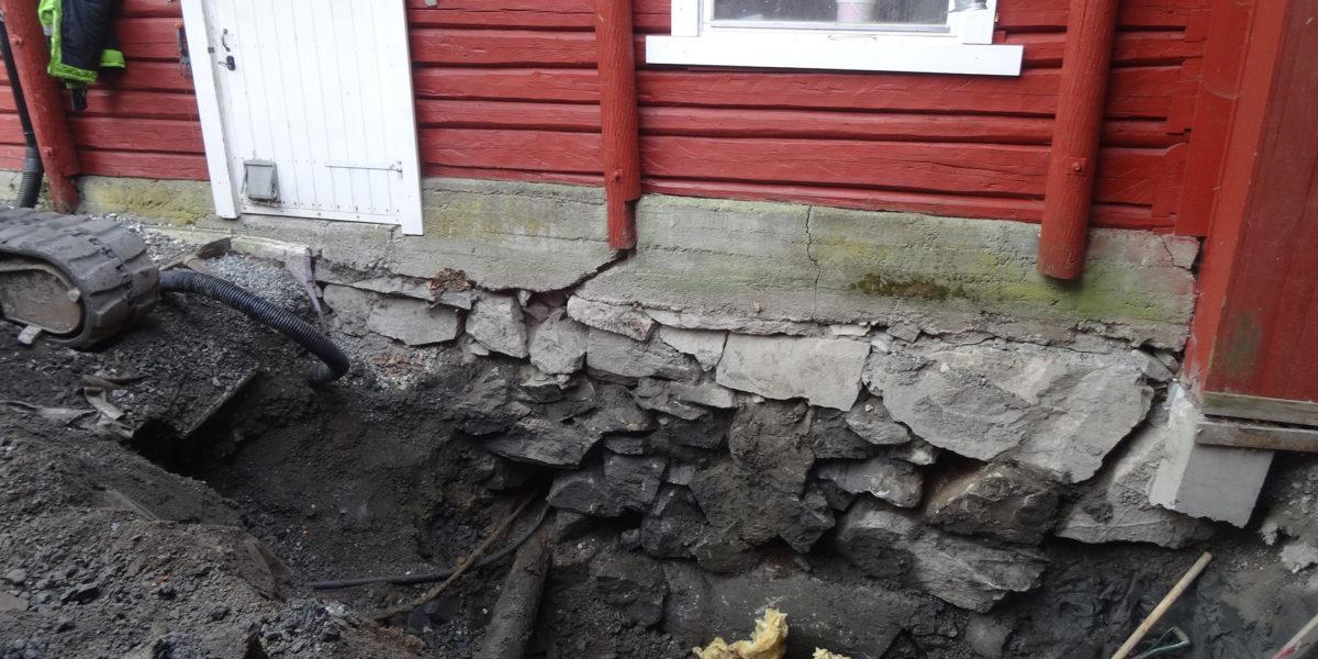 Muren på tunsiden er gravd fram, og arbeidet kan starte. (Foto: Trond Myhrer)