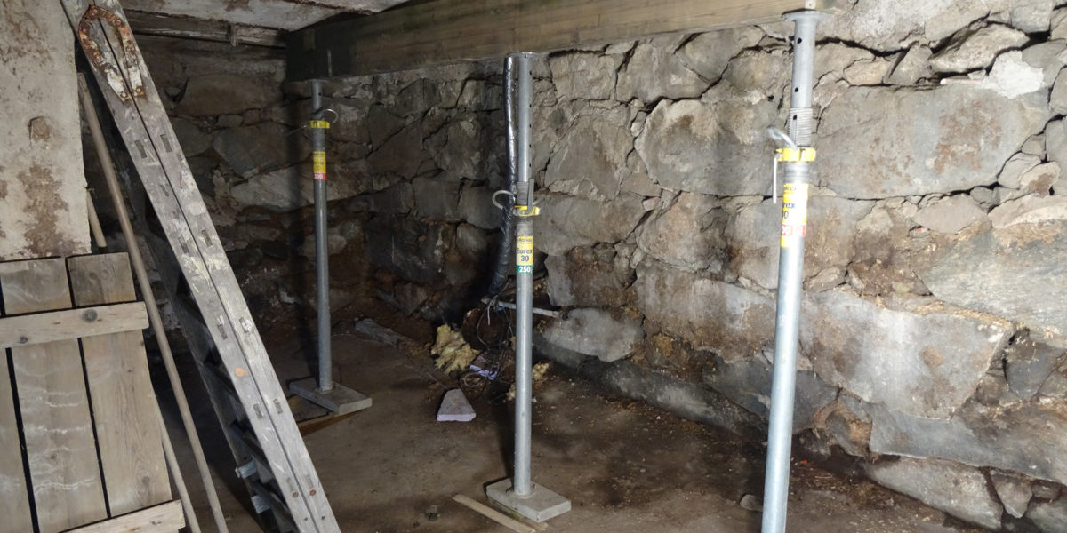 Fjøsgulvet, taket i møkk-kjelleren, måtte sikres før arbeidet kunne starte. (Foto: Trond Myhrer)