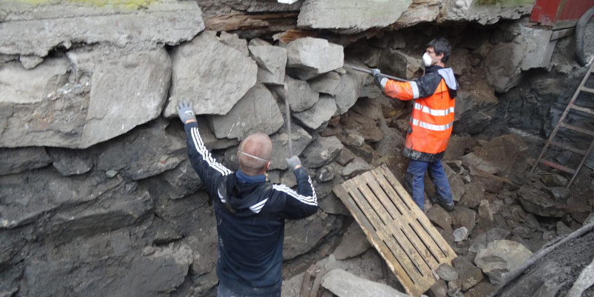 Også muren på tunsiden måtte demonteres og settes sammen igjen. (Foto: Trond Myhrer)