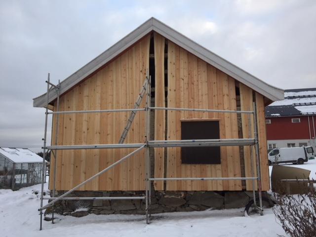 Flere panel er byttet på sørfasaden. (Foto: Rune Strønes)