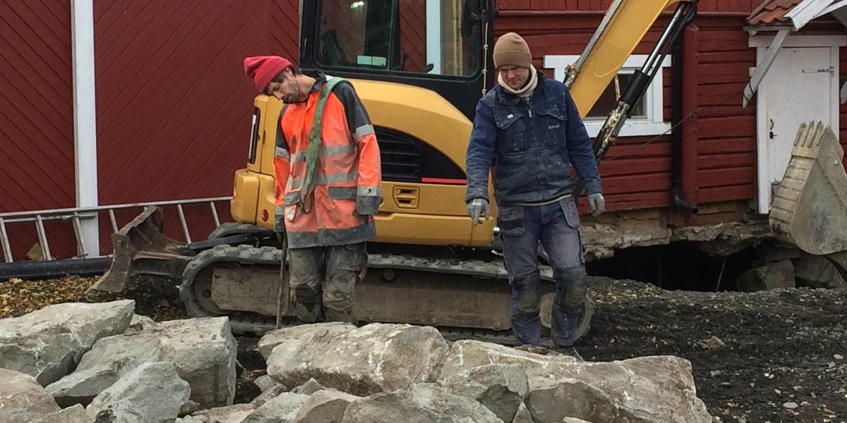 Håndverkerne håndplukker stein som passer til muren. (Foto: Trond Myhrer)