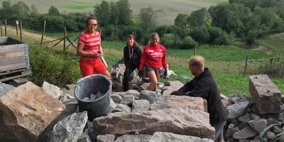 Deler av dugnadsgjengen på Myhrer gård. (Foto: Trond Myhrer)