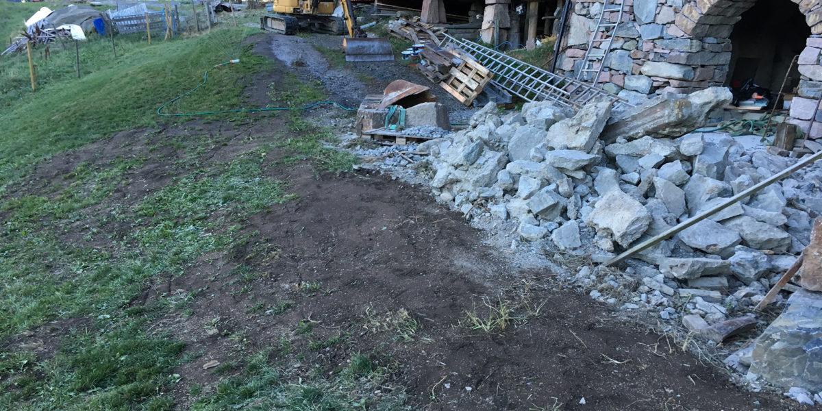 Mye stein må til for å få ferdig alt av murer. (Foto. Trond Myhrer)