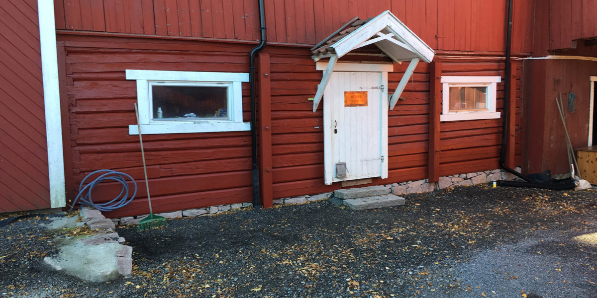 Også muren på tunet, på baksiden av møkk-kjelleren, måtte settes i stand. (Foto. Trond Myhrer)