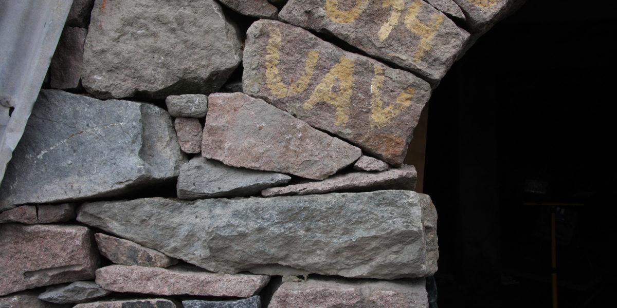 All stein er nøye tilpasset i muren når den står ferdig. (Foto: Trond Myhrer)