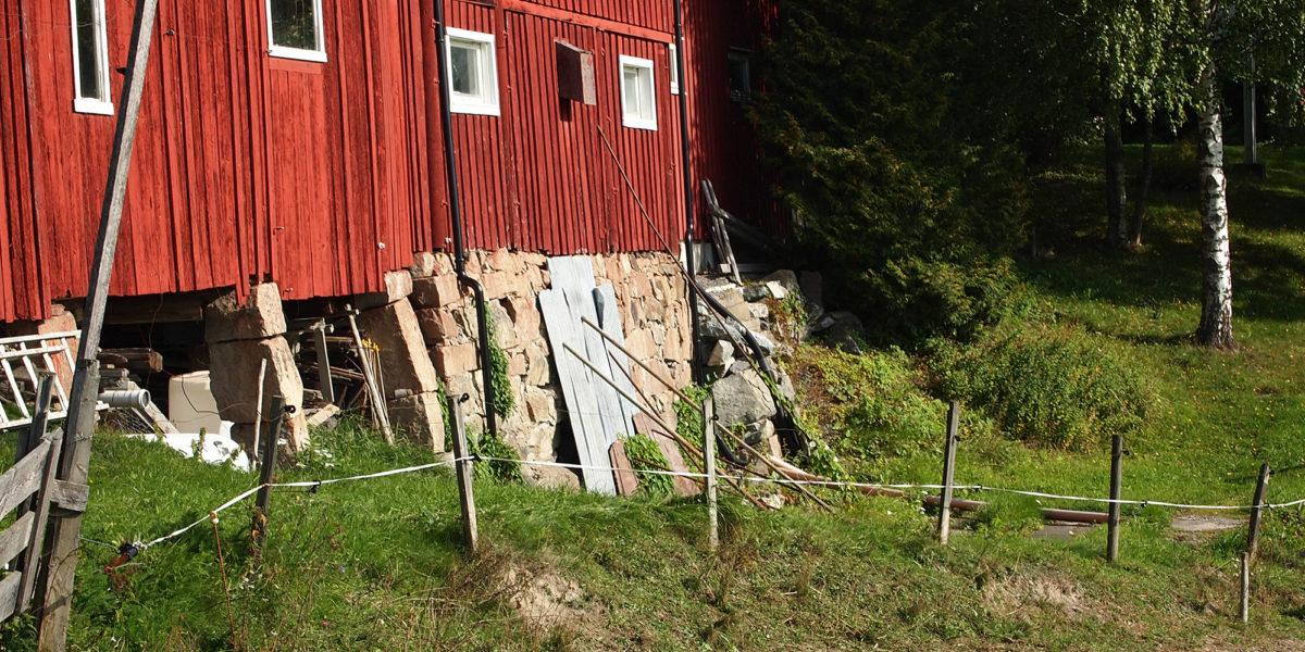 Slik så fjøsmuren ut før arbeidet startet. (Foto: Trond Myhrer)