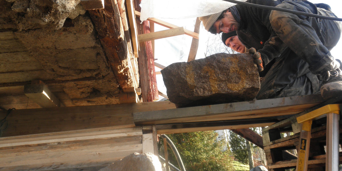 De store steinene skyves på plass med muskelkraft. (Foto: Trond Myhrer)