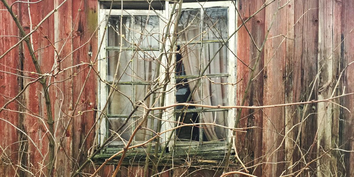 Et av vinduene før istandsetting. (Foto: Linda Herud/Kulturminnefondet)