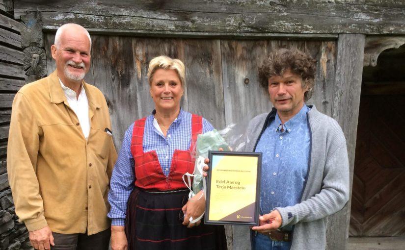 Det nasjonale formidlingsstipendet gikk til Våga-paret Edel Aas og Terje Marstein. Her avbildet med Kulturminnefondets nestleder Jon Birger Østby