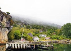 Gården har fem bygninger, en sjøbod, et grindbygget naust, Stovehus fra rundt 1825, en løe fra 1940 og et verksted. Kallastein er i privat eie.